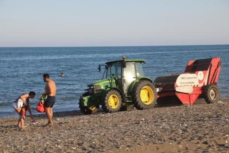 Mezitli Belediyesi'nden sahilde gönüllü taş temizliği
