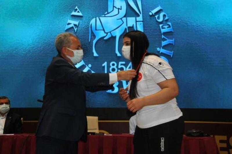Akşehir Belediyesi halterde dünya üçüncüsü olan Nuran Yalçın'ı ödüllendirdi