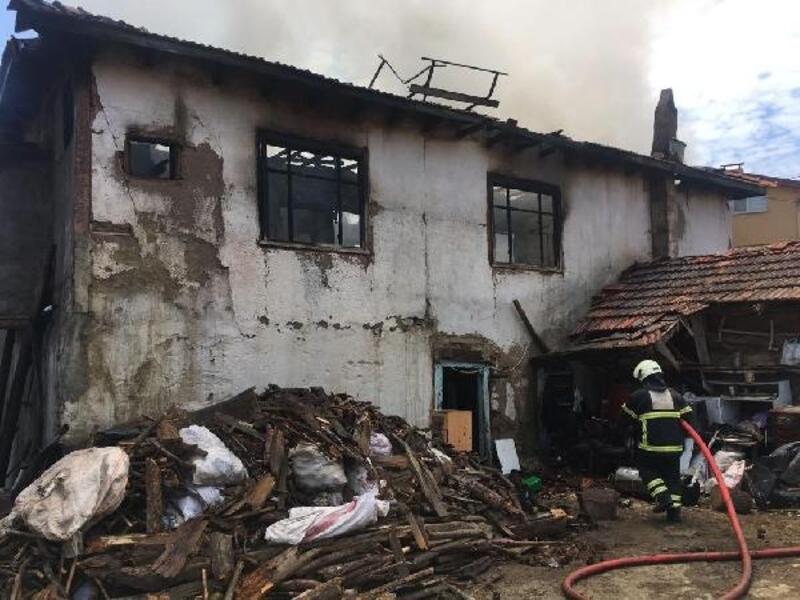 İki katlı ahşap ev yandı