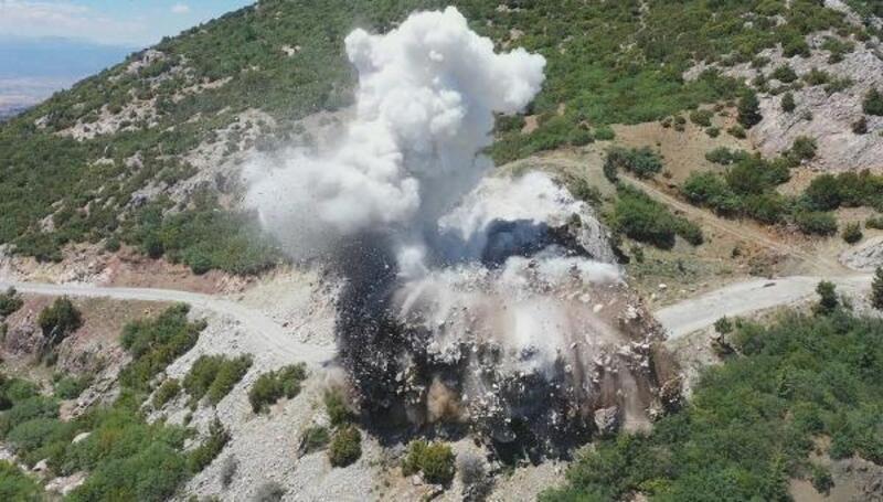 Yolu engelleyen dev kaya dinamitle havaya uçuruldu