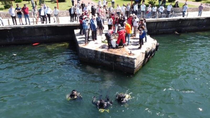 Dalgıçlar denizden evsel atıklar çıkardı