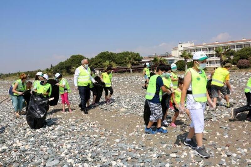 Öğrenciler kaplumbağalar için sahilleri temizledi