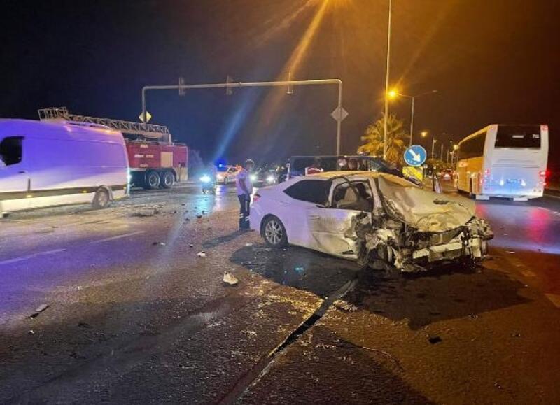 Alanya'da otomobille kamyon çarpıştı: 2 yaralı