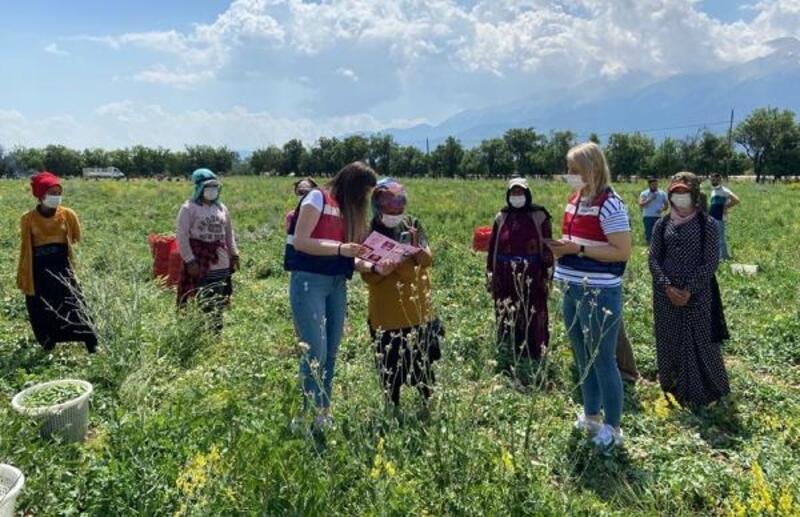 Tarlada çalışan kadınlara KADES'i tanıttılar