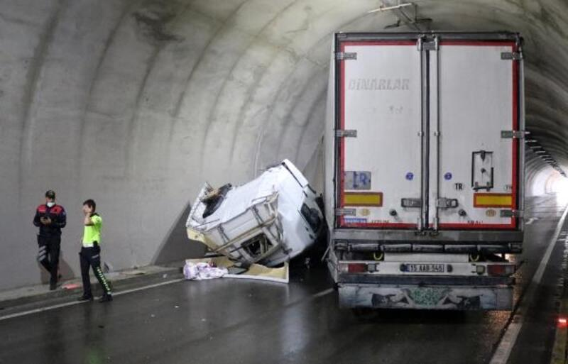 Devrilen TIR tüneli kapattı
