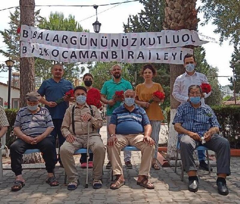 Huzurevi sakinlerine sürpriz 'Babalar Günü' kutlaması