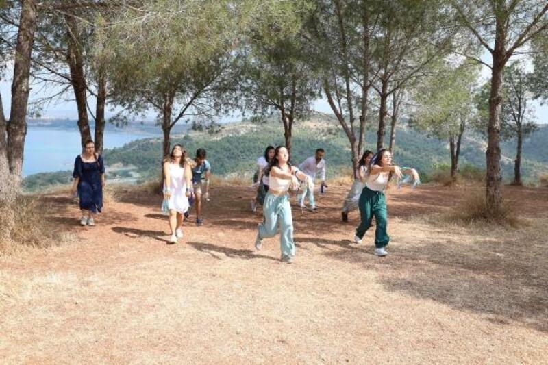 Üniversiteliler küresel su sorununa dikkat çekmek için dans etti