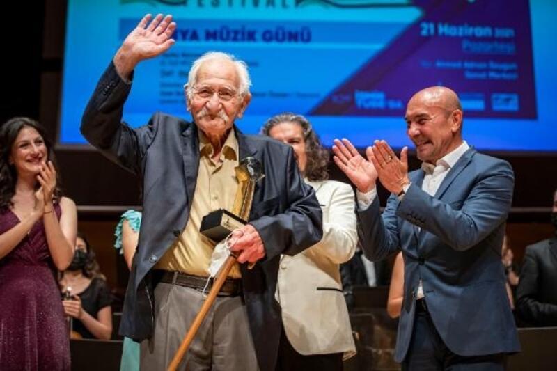 İzmir Uluslararası Film ve Müzik Festivali'nde ustalar ayakta alkışlandı