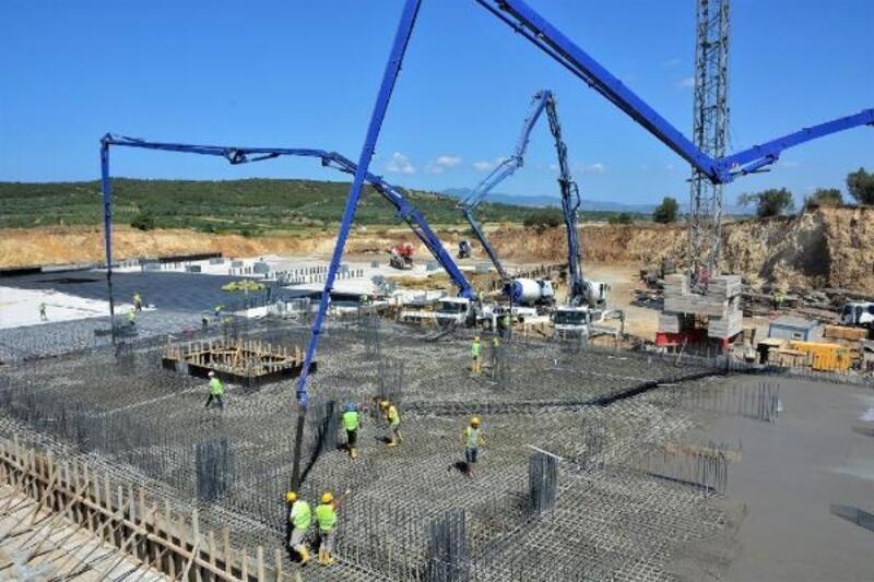Aliağa'da Meslek Hastalıkları Hastanesi inşaatı zemini için 3 bin metreküp betonu döküldü