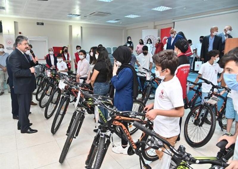 Öksüz ve yetim çocuklara bisiklet ve tablet