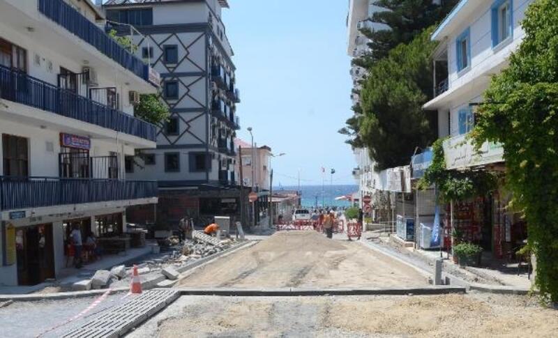 Kuşadası'nın denize çıkan sokakları yenileniyor