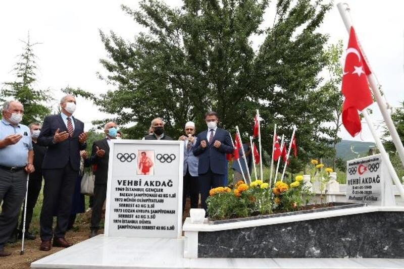 Eski milli güreşçi Vehbi Akdağ, mezarı başında anıldı