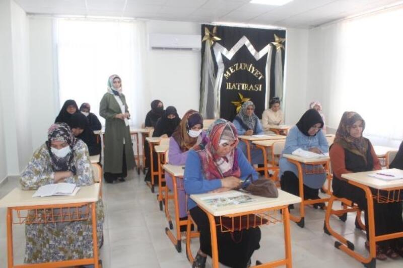 Okuma ve yazma öğrenen kadınların mezuniyet coşkusu