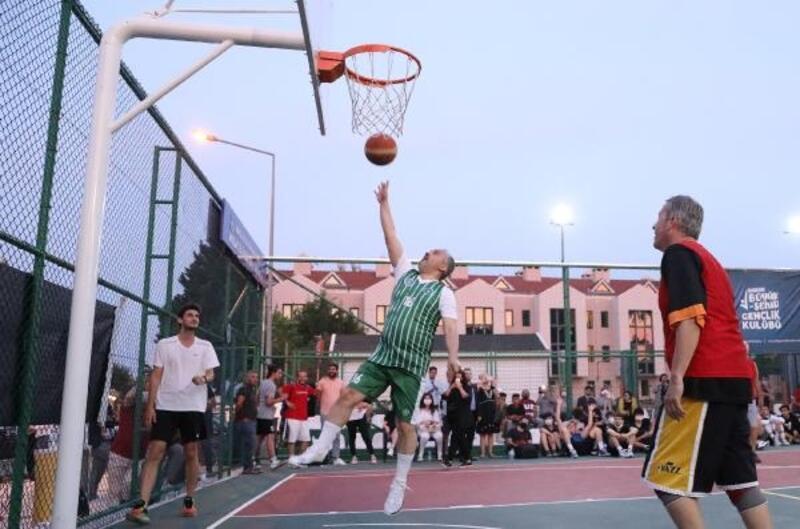 Bursa Büyükşehir Belediye Başkanı Aktaş, 'İhtiyar Delikanlılar'la basketbol oynadı