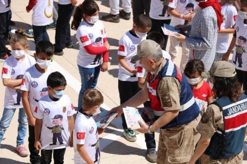 Jandarmadan çocuklara karne hediyesi
