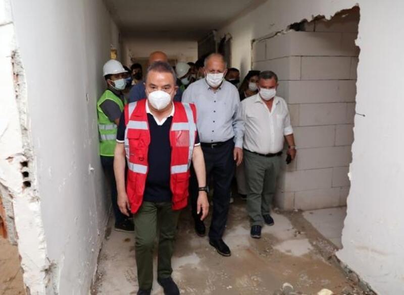 Başkan Böcek Alanya'da, hizmet binasındaki çalışmaları inceledi