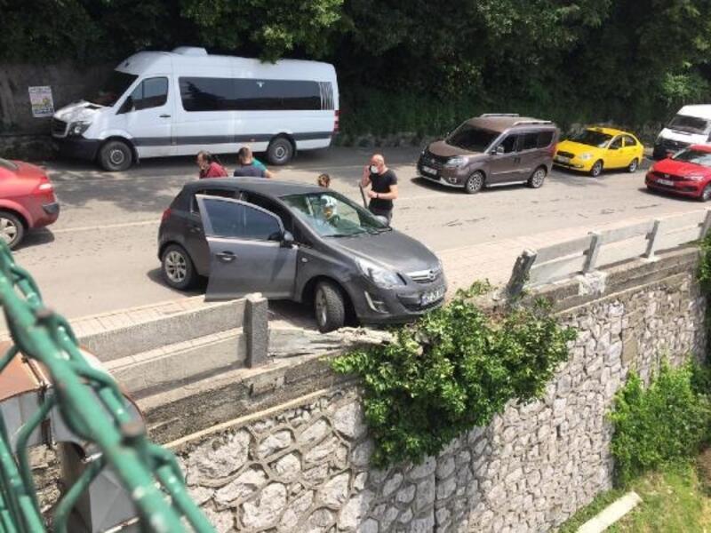 Otomobili aşağıya uçmaktan beton bariyerler kurtardı