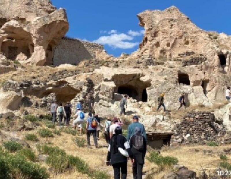 Kayadan oyma camiye yerli turist ilgisi