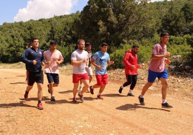 Büyükşehir Güreşçileri Kırkpınar'a Elmalı'da hazırlanıyor