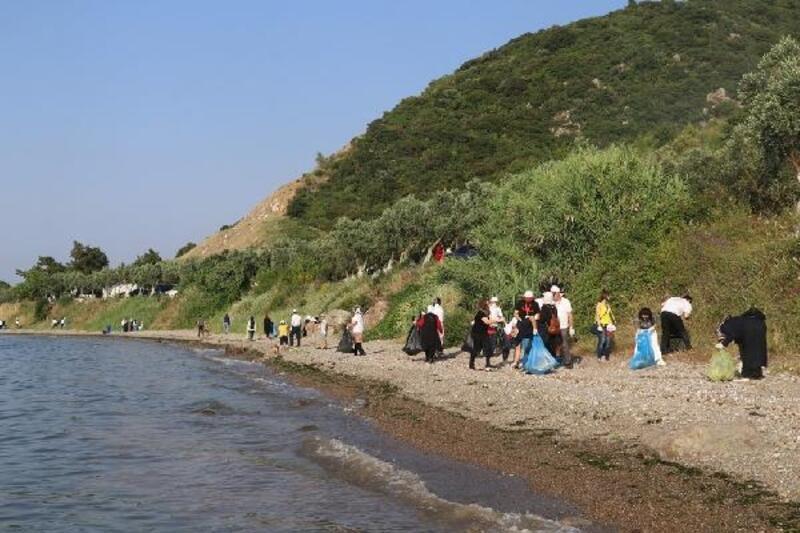 Hayat Hastanesi çalışanları Kurşunlu sahilini temizledi