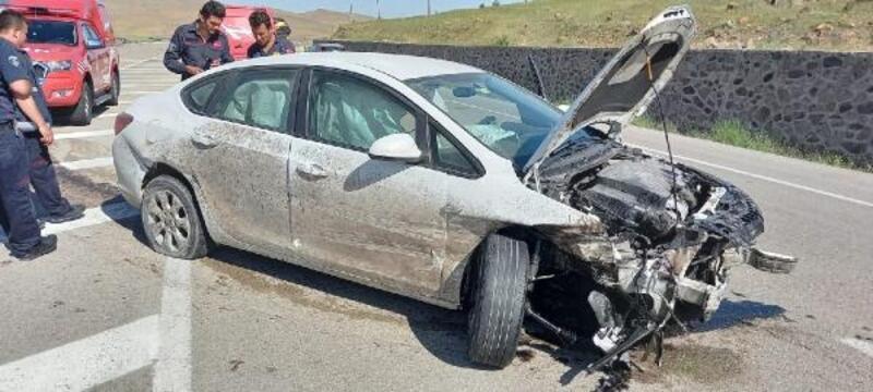 Bariyerlere çarpan otomobil sürücüsünü itfaiye kurtardı