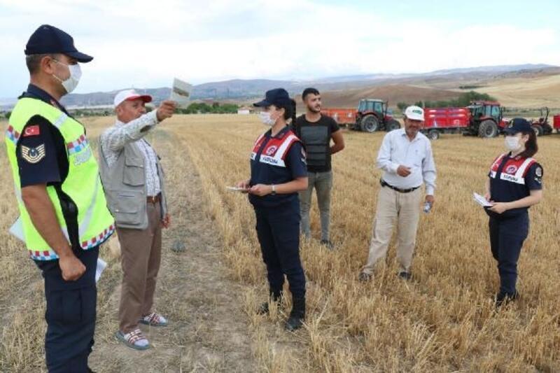 Jandarma çiftçilere anız yangınlarına karşı broşür dağıttı
