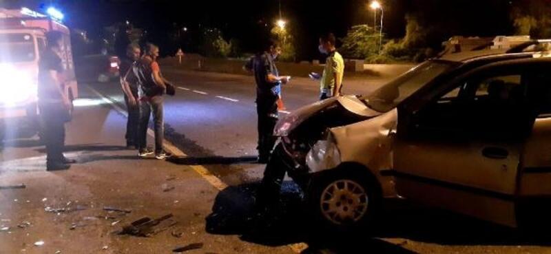 Minibüsle çarpışan otomobilin sürücüsü yaralandı