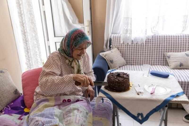 Büyükşehir Belediyesi çalışanlarından Vasfiye Tezye'ye 78 yaş sürprizi