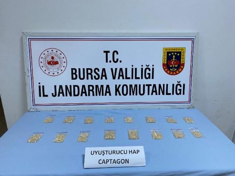 Jandarmanın takibiyle yakalanan uyuşturucu tacirinin aracından bin 857 uyuşturucu hap çıktı