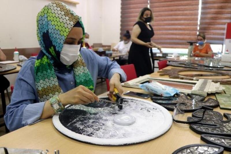 Edirne'de kadınlar, atık camlardan süs eşyası yapıp gelir elde ediyor