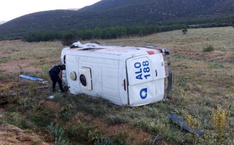 Cenaze aracı devrildi: 1 yaralı