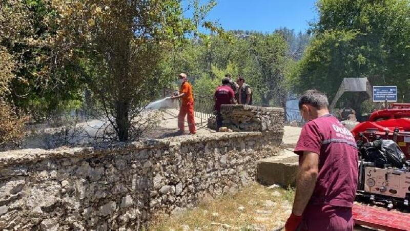 Akseki'de mezarlıkta yangın