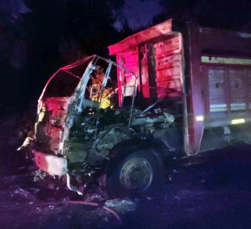 Seyir halindeki kum yüklü kamyon Kum yüklü kamyon yangında kullanılmaz hale geldi