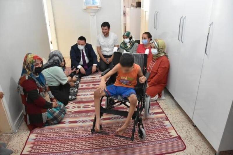 Başkan Beyoğlu'dan epilepsi hastası Rodin'e tekerlekli sandalye desteği