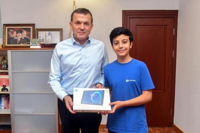 Başkan Özyiğit, LGS birincisi Ekin'i  ödüllendirdi