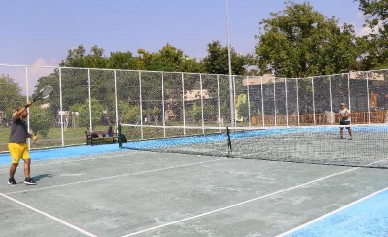 Büyükşehir'in ücretsiz kortlarıyla tenis keyfi