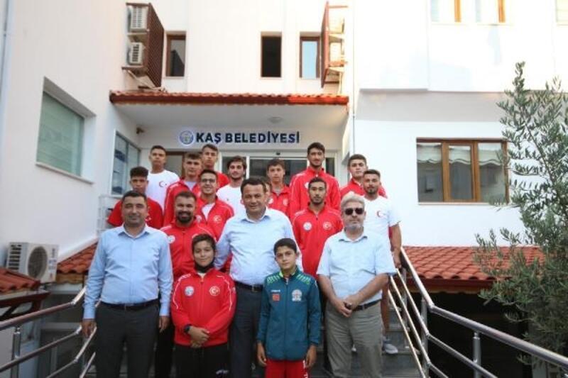 Kaş Belediyesi güreş takımı Edirne'ye uğurlandı