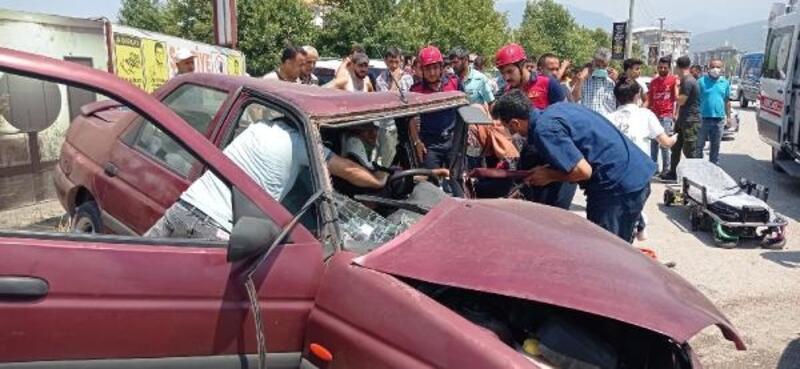 Osmaniye'de trafik kazasında otomobilde sıkışan 2 kişi yaralandı