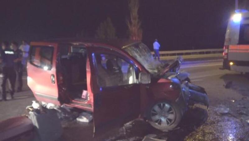 TIR'a arkadan çarpan araçtaki 3 kişi yaralandı