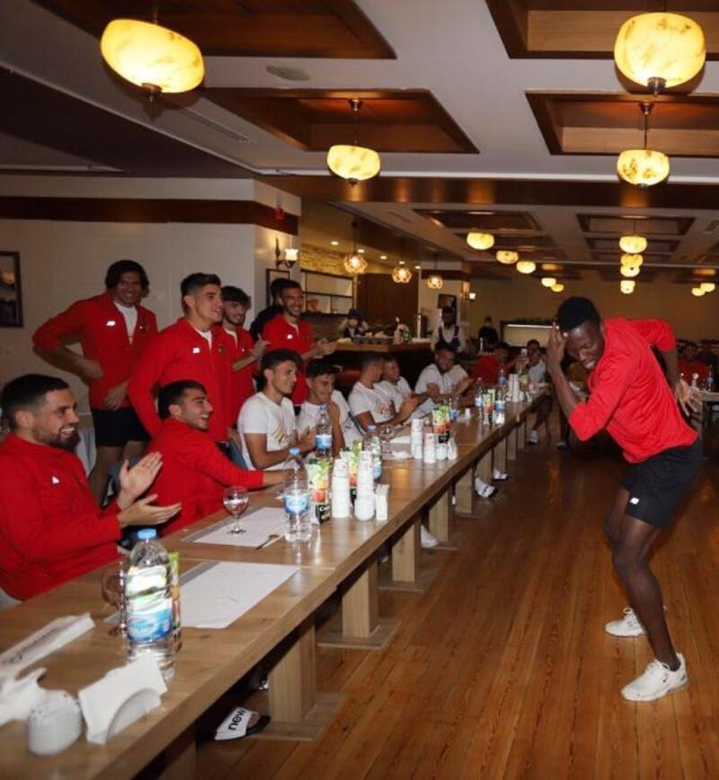 Antalyaspor'da, geleneksel 'çaylak' eğlencesi