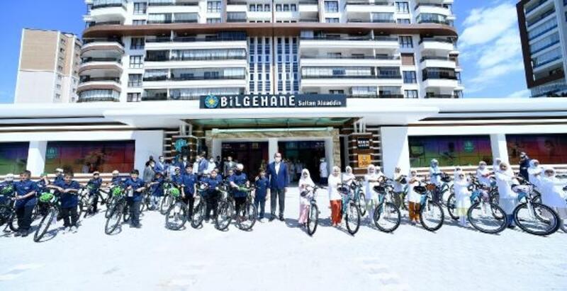 Konya Büyükşehir Belediye Başkanı Uğur İbrahim Altay, öğrencilere bisiklet hediye etti