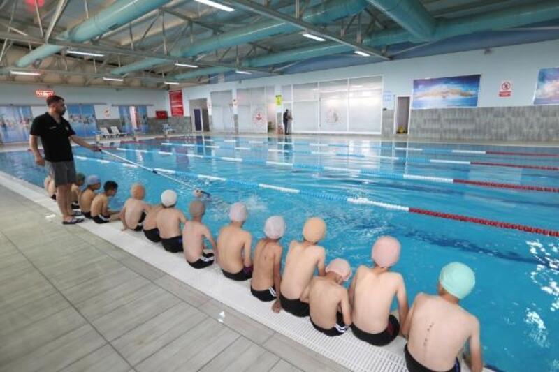 Başkaleli çocuklar yüzme öğreniyor