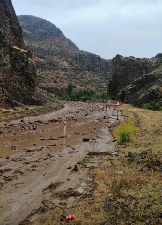 Sel ve heyelan Ardahan- Şenkaya yolunu kapattı
