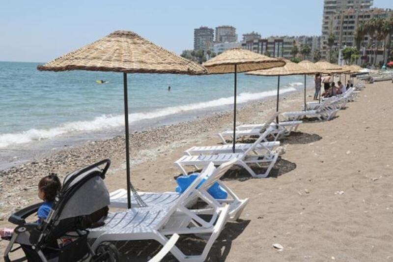 Mezitli Belediyesi sahillere şemsiye ve şezlong yerleştiriyor