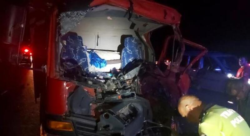 TIR'a çarpan kamyonun sürücüsü yaralandı