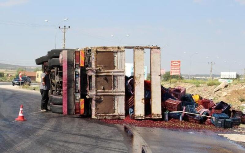 Vişne yüklü kamyon devrildi