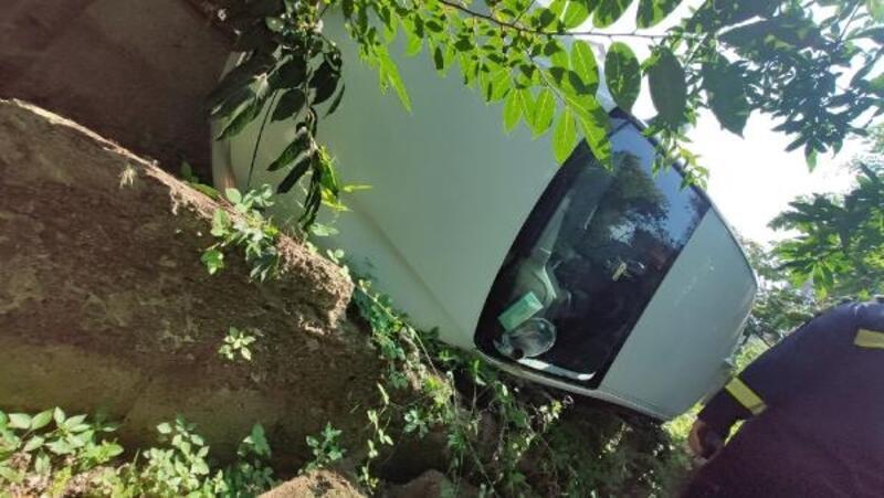 Fren yerine gaza basınca bahçeye düştü: 4 yaralı