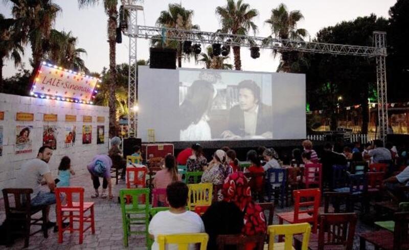 Kepez'de açık havada nostaljik sinema keyfi
