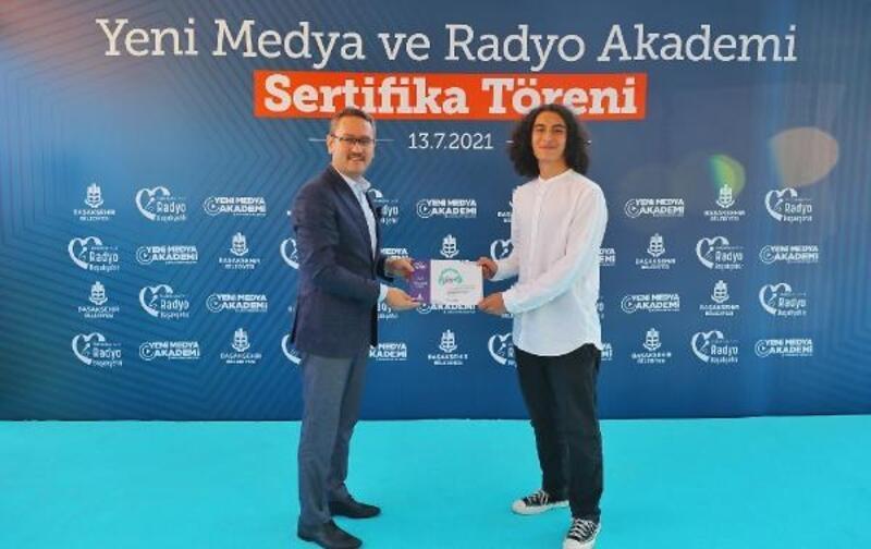 Başakşehir'de Yeni Medya ve Radyo Akademi mezunları sertifikalarını aldı