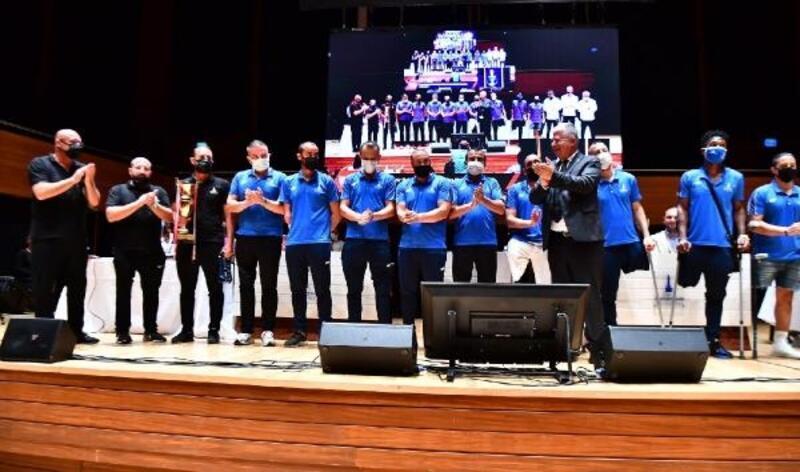 İzmir Büyükşehir Meclisi'nde çifte kupa gururu